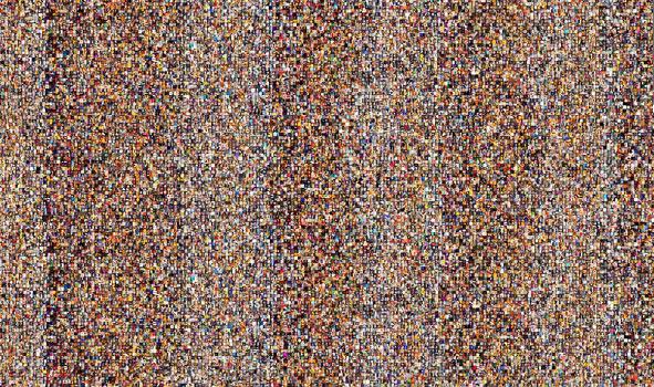 A tonalidade das fotos é marcada por maior ou menor incidência de luz, bem como a coloração que fluorescência e incandescência podem gerar sobre a imagem.